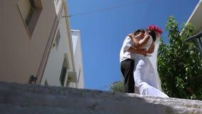 Όμορφο φιλί newlyweds στην οδό απόθεμα βίντεο