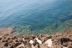 Όμορφο φυσικό τοπίο ακτών με τις αλατισμένες κοιλότητες βράχου στοκ φωτογραφίες με δικαίωμα ελεύθερης χρήσης