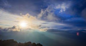 Όμορφο φυσικό τοπίο με τα δραματικές σύννεφα και τις ηλιαχτίδες Στοκ εικόνες με δικαίωμα ελεύθερης χρήσης