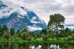 Όμορφο φυσικό τοπίο φύσης Βουνά στο σύννεφο και την ομίχλη Έννοια υποβάθρου φύσης Θέα βουνού, σκοτεινά σύννεφα Στοκ Εικόνες