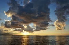 Όμορφο φυσικό τροπικό ωκεάνιο ηλιοβασίλεμα με το μπλε ουρανό και τα σύννεφα Ειδυλλιακό τοπίο του παραθαλάσσιου θερέτρου Εξωτικός  στοκ εικόνες