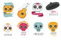 Όμορφο φωτεινό διάνυσμα που τίθεται με τα παραδοσιακά μεξικάνικα σύμβολα - τα κρανία ζάχαρης, marigold ανθίζουν, κιθάρα Στοκ Εικόνες
