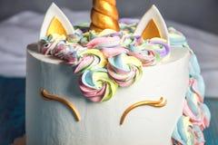 Όμορφο φωτεινό κέικ που διακοσμείται υπό μορφή μονοκέρου φαντασίας Έννοια ενός εορταστικού επιδορπίου για τα γενέθλια παιδιών Στοκ Εικόνες