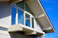 Όμορφο φωτεινό ξύλινο σπίτι θερινών τοπίων με τα παράθυρα στοκ εικόνες