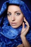 Όμορφο φωτεινό makeup γυναικών στο μπλε ύφασμα χρώματος Στοκ Φωτογραφία