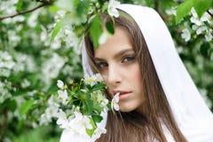 Όμορφο φύσηγμα κοριτσιών στοκ φωτογραφία