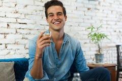 Όμορφο φλιτζάνι του καφέ ποτών χαμόγελου ατόμων Στοκ Εικόνες