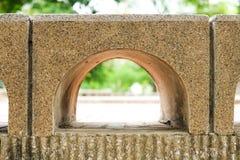 Όμορφο χάσμα τούβλου με τη φύση για το BA κατασκευής ή δομών Στοκ Φωτογραφίες