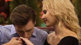 Όμορφο χέρι φιλήματος ανδρών της ξανθής γυναίκας, που βάζει τα κεφάλια μαζί, κορίτσι συνοδειών απόθεμα βίντεο