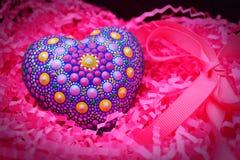 Όμορφο χέρι mandala που χρωματίζεται στην καρδιά ασβεστοκονιάματος στο φούξια υπόβαθρο στοκ φωτογραφίες με δικαίωμα ελεύθερης χρήσης