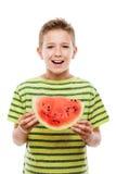 Όμορφο χαμογελώντας αγόρι παιδιών που κρατά την κόκκινη φέτα φρούτων καρπουζιών στοκ εικόνες με δικαίωμα ελεύθερης χρήσης