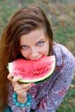 Όμορφο χαμογελώντας κορίτσι με το φρέσκο καρπούζι Στοκ Εικόνες