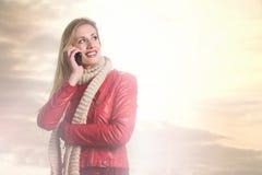 Όμορφο χαμογελώντας κορίτσι στο τηλέφωνο Στοκ Φωτογραφίες
