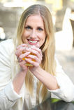 Όμορφο χαμογελώντας ξανθό κορίτσι με το τσάι Στοκ εικόνες με δικαίωμα ελεύθερης χρήσης