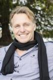 Όμορφο χαμογελώντας ώριμο ξανθό άτομο Στοκ Φωτογραφίες