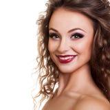 Όμορφο χαμογελώντας κορίτσι που απομονώνεται στο άσπρο υπόβαθρο στοκ εικόνες με δικαίωμα ελεύθερης χρήσης