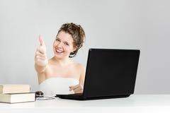 Όμορφο χαμογελώντας κορίτσι στην εντάξει χειρονομία που φορά το λευκό Στοκ Εικόνα