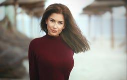 Όμορφο χαμογελώντας κορίτσι στην παραλία Στοκ φωτογραφία με δικαίωμα ελεύθερης χρήσης