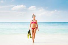 Όμορφο, χαμογελώντας κορίτσι στο ρόδινο μπικίνι που βουτά στη θάλασσα στοκ εικόνες