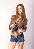 Όμορφο χαμογελώντας κορίτσι brunette με μια κάμερα Στοκ εικόνες με δικαίωμα ελεύθερης χρήσης