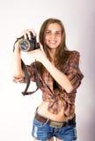 Όμορφο χαμογελώντας κορίτσι brunette με μια κάμερα Στοκ Εικόνες