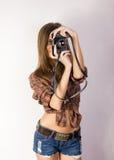 Όμορφο χαμογελώντας κορίτσι brunette με μια κάμερα Στοκ Εικόνα