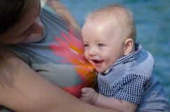 Όμορφο χαμογελώντας μωρό με τη μητέρα Στοκ φωτογραφία με δικαίωμα ελεύθερης χρήσης