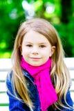 Όμορφο χαμογελώντας ξανθό μικρό κορίτσι στο πάρκο Στοκ φωτογραφίες με δικαίωμα ελεύθερης χρήσης
