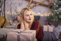 Όμορφο χαμόγελου κιβώτιο δώρων γυναικών παρόν Στοκ Εικόνες