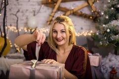 Όμορφο χαμόγελου κιβώτιο δώρων γυναικών παρόν Στοκ φωτογραφίες με δικαίωμα ελεύθερης χρήσης