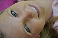 Όμορφο χαμόγελο, αισθησιακό ξανθό κορίτσι με τα πράσινα μάτια Στοκ εικόνες με δικαίωμα ελεύθερης χρήσης