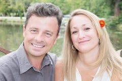 Όμορφο χαμόγελο γυναικών ανδρών υπαίθριο Στοκ εικόνες με δικαίωμα ελεύθερης χρήσης