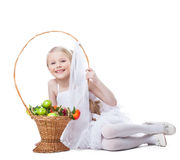 Όμορφο χαμόγελο μικρών κοριτσιών με το καλάθι των καρπών Στοκ Εικόνες