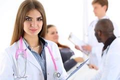 Όμορφο χαμόγελου θηλυκό γιατρών μαξιλάρι περιοχών αποκομμάτων χεριών λαβής διαθέσιμο Στοκ εικόνα με δικαίωμα ελεύθερης χρήσης