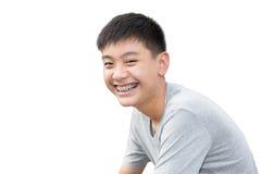 Όμορφο χαμόγελο του όμορφου αγοριού με το στήριγμα δοντιών οδοντικό στο ISO Στοκ Εικόνες