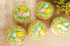 Όμορφο χαριτωμένο Πάσχα cupcakes με τις διακοσμήσεις Πάσχας Στοκ Εικόνες
