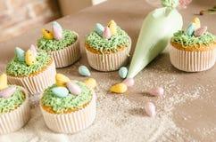 Όμορφο χαριτωμένο Πάσχα cupcakes με τις διακοσμήσεις Πάσχας Στοκ εικόνες με δικαίωμα ελεύθερης χρήσης