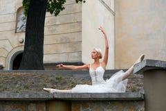 Όμορφο χαριτωμένο ballerina που χορεύει στις οδούς ενός παλαιού CI στοκ εικόνες