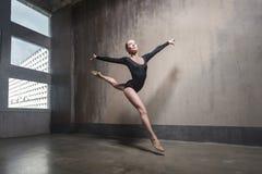 Όμορφο χαριτωμένο ballerine στις μαύρες θέσεις μπαλέτου πρακτικής στοκ εικόνες με δικαίωμα ελεύθερης χρήσης