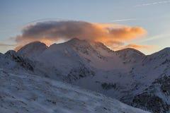 Όμορφο χειμερινό ηλιοβασίλεμα στα βουνά Fagaras Στοκ εικόνες με δικαίωμα ελεύθερης χρήσης