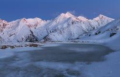 Όμορφο χειμερινό ηλιοβασίλεμα στα βουνά Fagaras Στοκ Φωτογραφίες