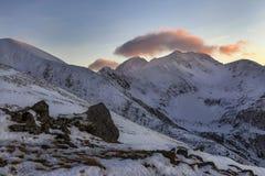 Όμορφο χειμερινό ηλιοβασίλεμα στα βουνά Fagaras Στοκ φωτογραφία με δικαίωμα ελεύθερης χρήσης