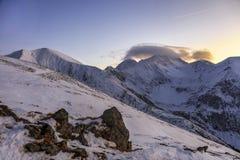 Όμορφο χειμερινό ηλιοβασίλεμα στα βουνά Fagaras Στοκ Εικόνα