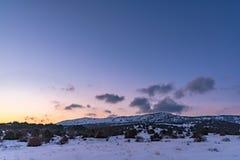 Όμορφο χειμερινό ηλιοβασίλεμα με τα πορφυρά σύννεφα πέρα από το βουνό Ρωσία, Stary Krym Στοκ Εικόνες
