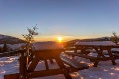 Όμορφο χειμερινό ηλιοβασίλεμα στα γιγαντιαία βουνά Στοκ Φωτογραφία
