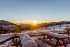 Όμορφο χειμερινό ηλιοβασίλεμα στα γιγαντιαία βουνά Στοκ φωτογραφία με δικαίωμα ελεύθερης χρήσης