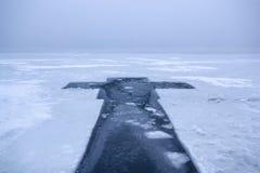 Όμορφο χειμερινό τοπίο με το σταυρό πάγου στον παγωμένο ποταμό στο ομιχλώδες πρωί ΙΙΙ στοκ φωτογραφία