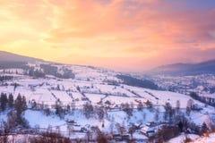 Όμορφο χειμερινό τοπίο στη μαλακή ελαφριά, αλπική κοιλάδα ηλιοβασιλέματος που περιβάλλεται από τα δασώδη βουνά στοκ εικόνες με δικαίωμα ελεύθερης χρήσης