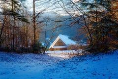 Όμορφο χιονώδες τοπίο βουνών με το εξοχικό σπίτι Όμορφη ηλιόλουστη ημέρα στα βουνά Στοκ Εικόνες