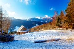 Όμορφο χιονώδες τοπίο βουνών με το εξοχικό σπίτι Όμορφη ηλιόλουστη ημέρα στα βουνά Στοκ εικόνα με δικαίωμα ελεύθερης χρήσης